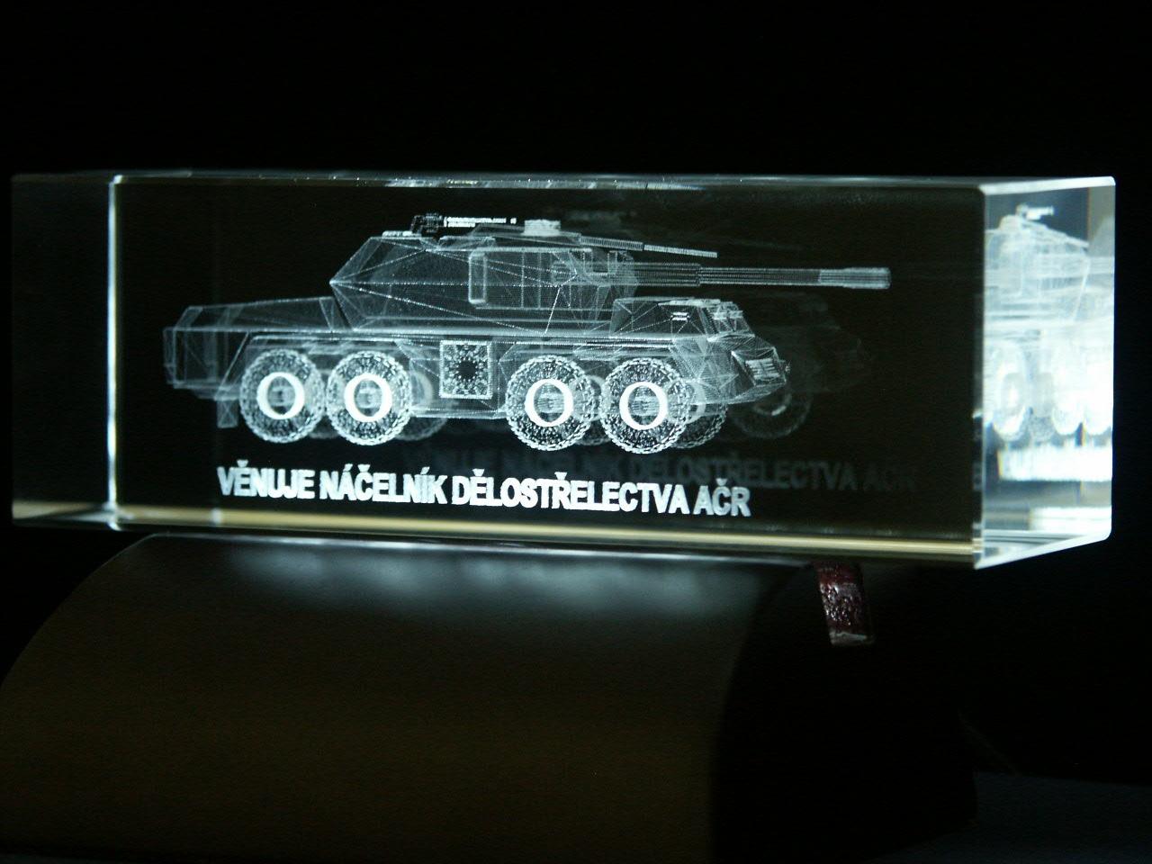 3D objekt a 2D nápis laserovaný ve skleněném kvádru