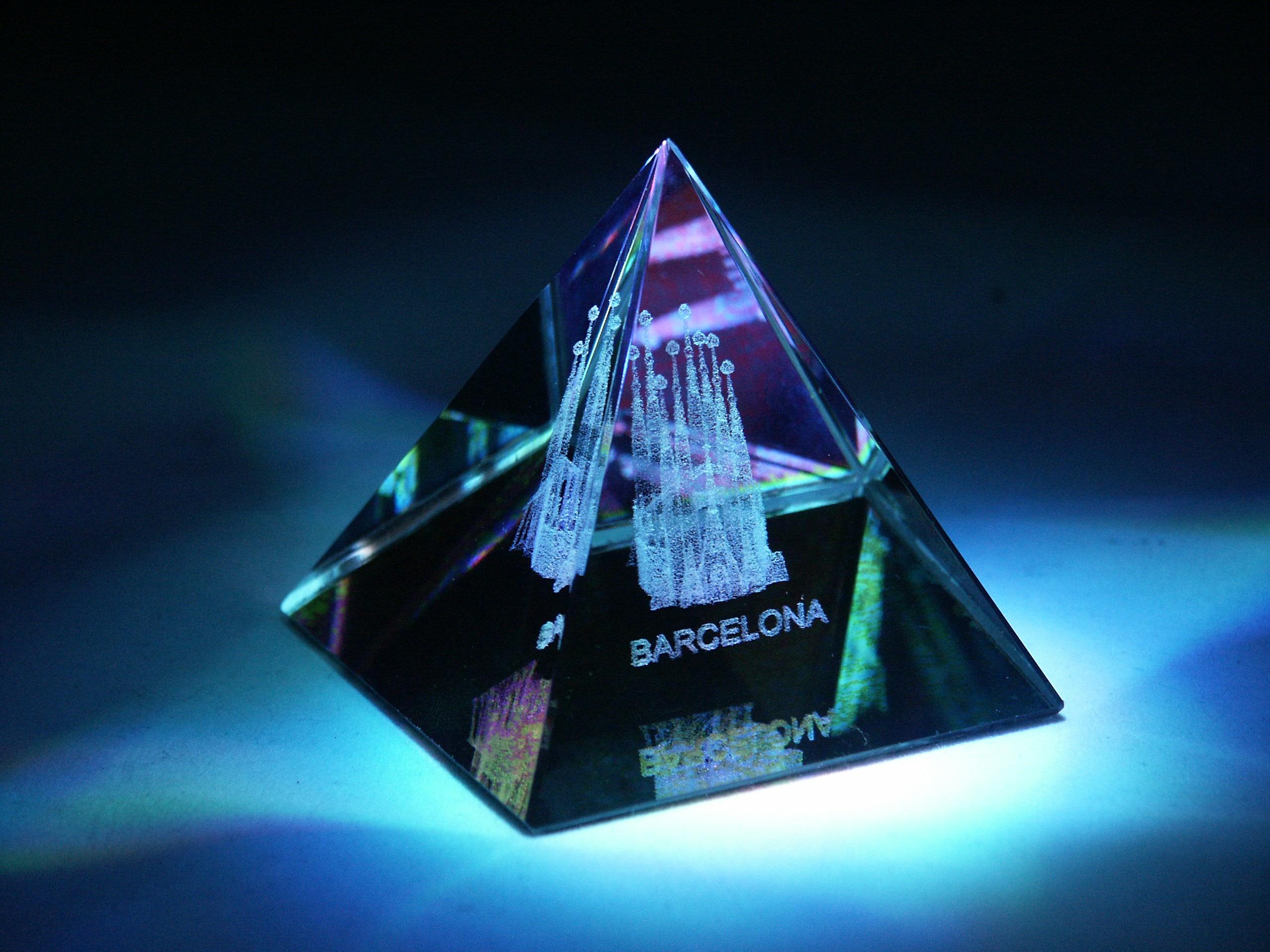 3D obrázek ve skleněné pyramidě