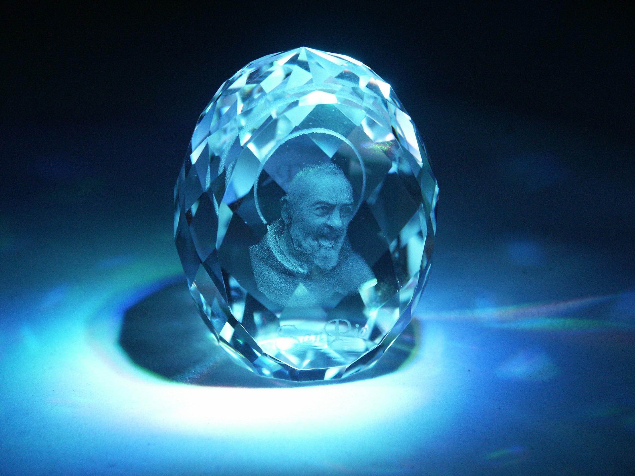3D portrét laserovaný ve speciálním skleněném polotovaru