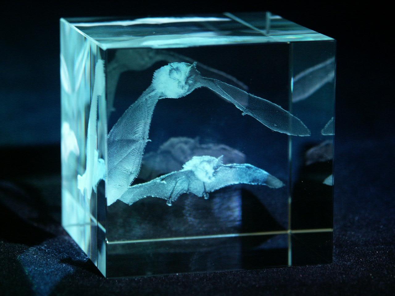 Laser 2D ve skleněné krychli