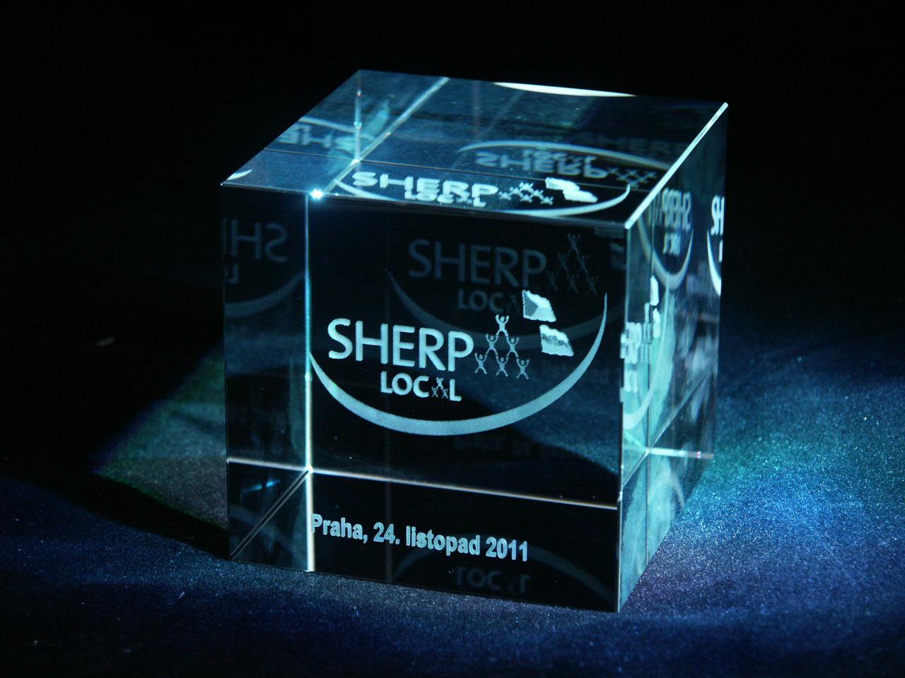 2D logo laserované ve skleněné krychli